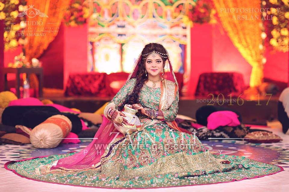 5e5bfcae07 ... Nomi Ansari mehndi dress. Crafted with finest floral details and  embroideries, this outfit is making a real statement. Plus how beautifully  this bride ...