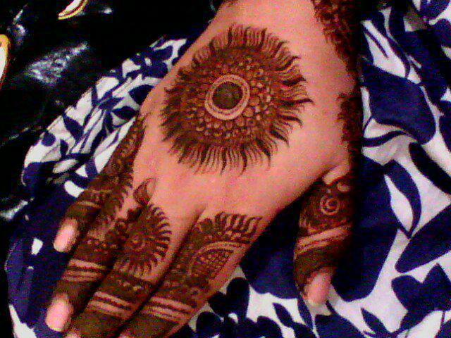 Mehndi Bunch On Arm : Peacock round tikki mehndi designs latest collection