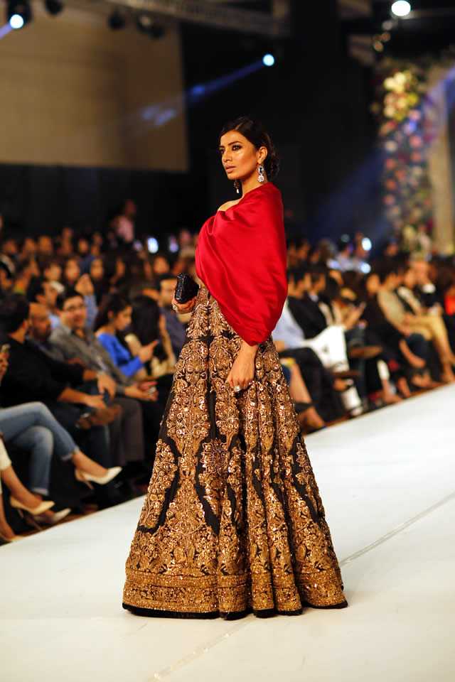 Famous Designer Sana Safinaz collection at PFDC L'Oréal Paris Bridal Week 2015 (3)