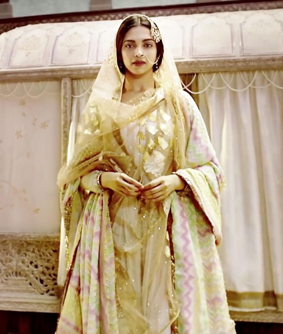 Deepika Padakoune Dresses in Bajirao Mastani by Designer Anju Modi  (19)