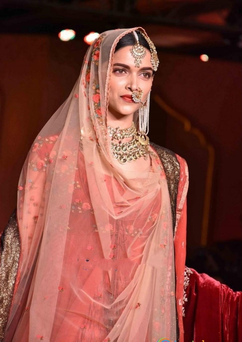 Deepika Padakoune Dresses in Bajirao Mastani by Designer Anju Modi  (20)