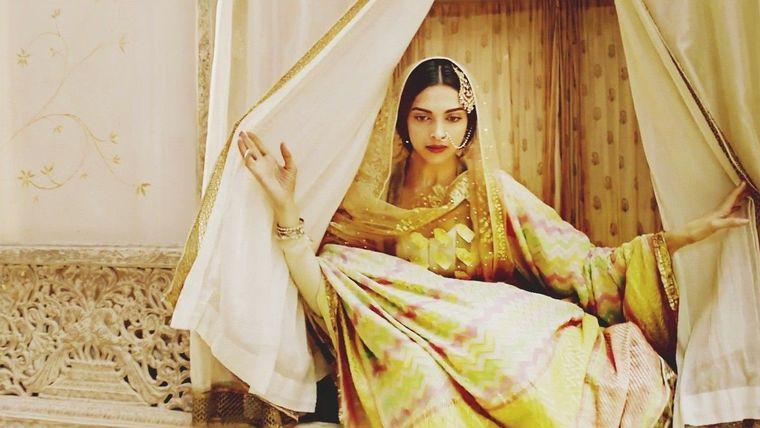 Deepika Padakoune Dresses in Bajirao Mastani by Designer Anju Modi  (3)