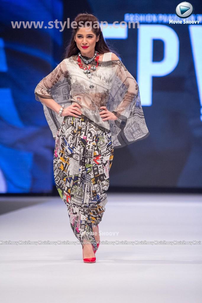 AYESHA OMER- Showstopper in fashion week Pakistan 2016-2017  (1)