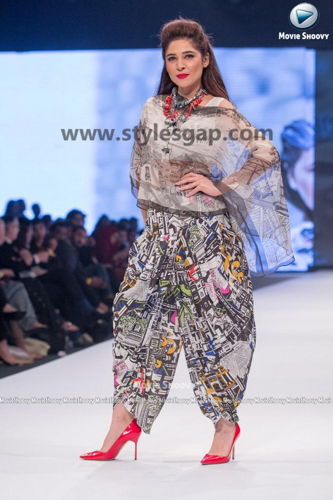 AYESHA OMER- Showstopper in fashion week Pakistan 2016-2017 (3)