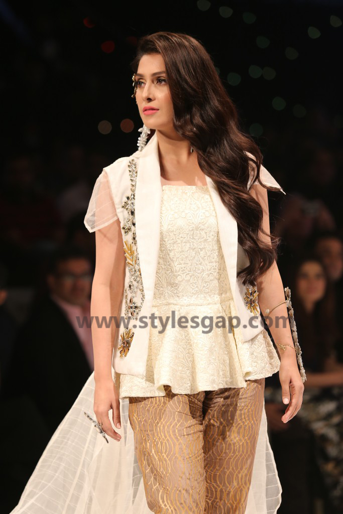 AYEZA KHAN- Showstopper in fashion week Pakistan 2016-2017 (1)