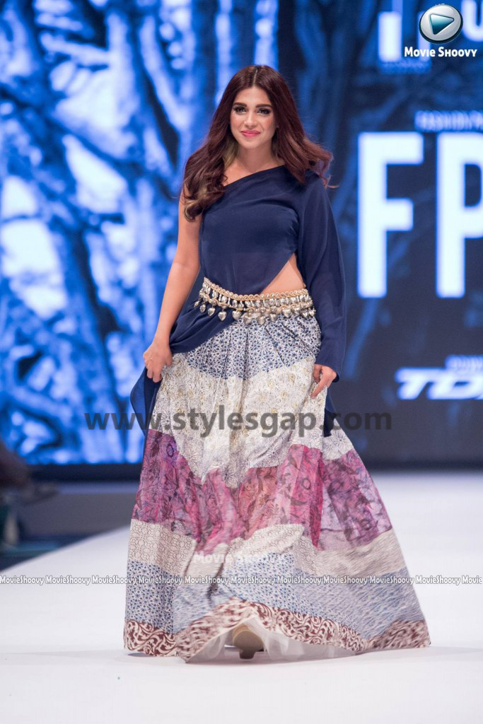 SONIYA HUSAIN- Showstopper in fashion week Pakistan 2016-2017 (1)