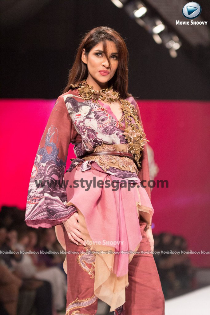 ZALAY SARHADI- Showstopper in fashion week Pakistan 2016-2017 (1)