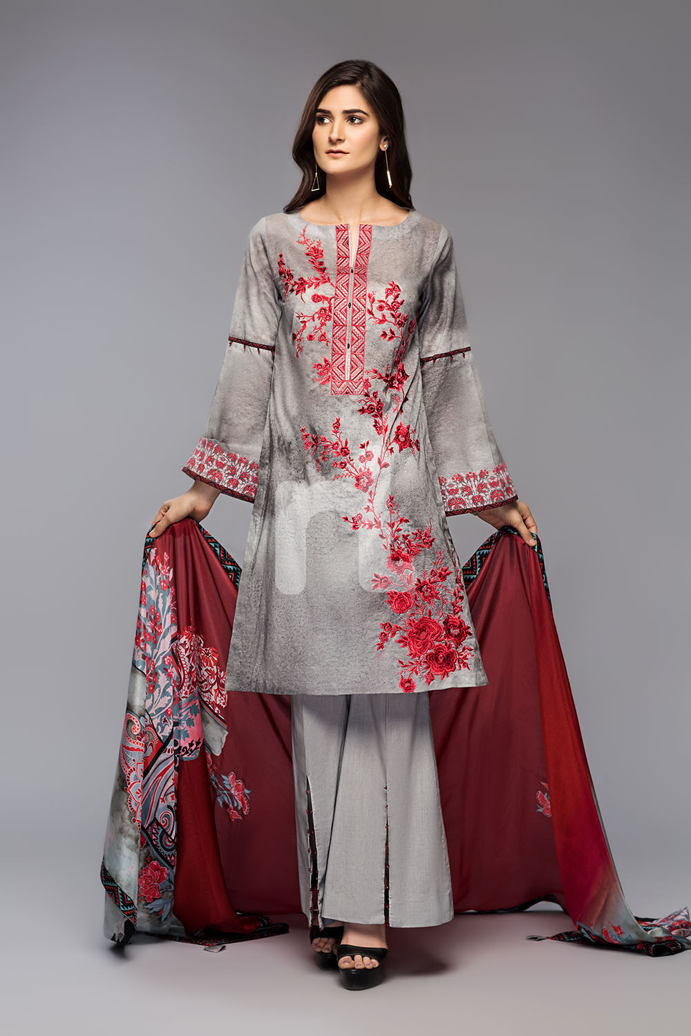 a572dbbbb0c Bold and magnificent black colored three piece unstitched lawn dress is  paired with a digital floral printed lawn shirt