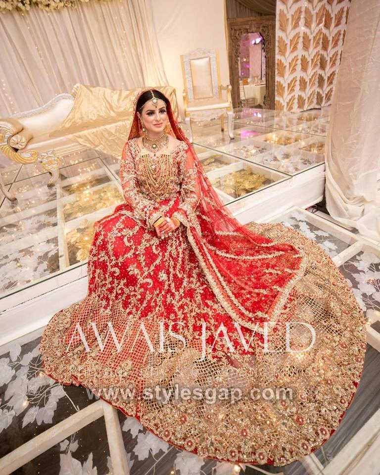 a067ab3cc7 For all the brides who want to like a princess on their big day need a  special long tail wedding dress. Look at this stunning Barat long tail  lehenga.